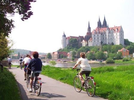 Radfahrer am Elberadweg bei Meißen