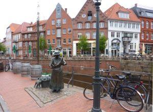Fischersfrau am Fischmarkt in Stade (c) AugustusTours