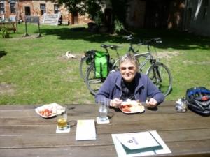 Fahrrradurlauber bei Mittagsrast (C) Familie Hutter
