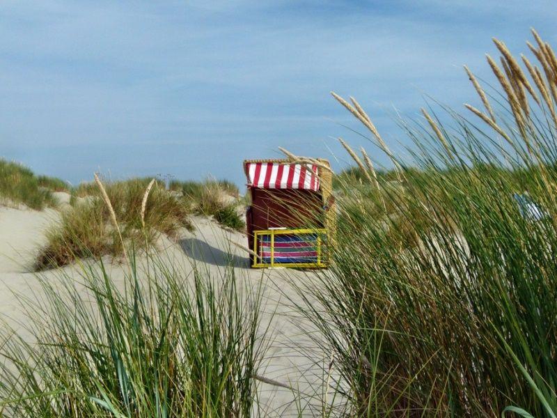 Strandkorb in den Dünen bei Borkum (c) www.ostfriesland.de